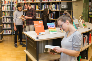 Schülerin recheriert in C3-Bibliothek