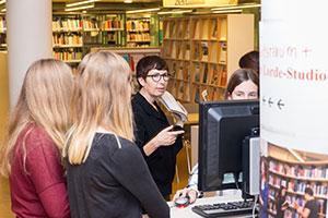 Führung durch Bibliotheksmitarbeiterin